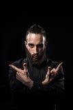 一个英俊的人的演播室画象有胡子实践的kung的f 库存照片