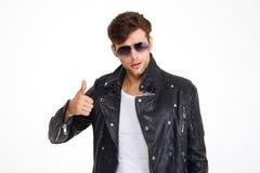 一个英俊的年轻人的画象皮夹克的 免版税图库摄影