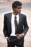 一个英俊的非裔美国人的时装模特儿的画象在黑衣服的 免版税库存照片