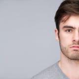 一个英俊的年轻人的半面孔画象 免版税图库摄影