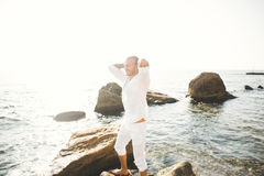一个英俊的年轻人的画象在阳光下由海 库存照片