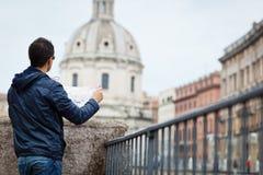 一个英俊,年轻,男性游人的画象在罗马,意大利 免版税图库摄影