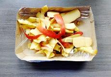 一个苹果的皮肤在一个包裹的与塑料箔 免版税库存照片