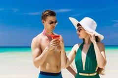 一个草帽的美丽的浅黑肤色的男人有马蒂尼鸡尾酒玻璃和yo的 库存照片