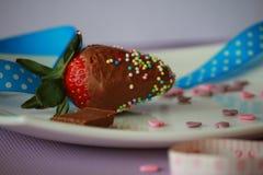 一个草莓用棕色巧克力 免版税库存图片
