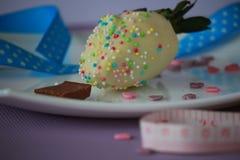 一个草莓用白色巧克力 图库摄影