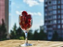 一个草莓的莓果在玻璃的 免版税库存图片