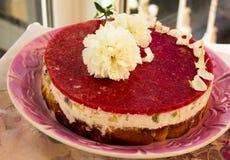 一个草莓蛋糕的特写镜头从边的在与果冻和果子的白色batskground松糕在栏杆的背景 免版税库存照片