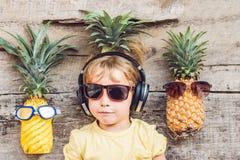一个菠萝男孩和菠萝在度假 免版税库存图片
