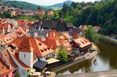 一个著名捷克历史美丽的镇、看法向城市河和美丽的夏天街道有五颜六色的大厦的 库存图片