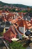 一个著名捷克历史美丽的镇、看法向城市河和美丽的夏天街道有五颜六色的大厦的 库存照片