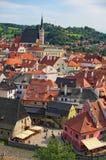 一个著名捷克历史美丽的镇、看法向城市河和美丽的夏天街道有五颜六色的大厦的 免版税库存照片