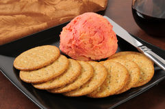 葡萄酒和切达干酪用薄脆饼干 免版税库存图片