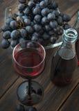 一个葡萄酒杯法国博若莱红葡萄酒nouveau年轻红葡萄酒 免版税图库摄影