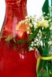 一个蒸馏瓶用自创被冰的茶用薄菏和柑橘在tabl 图库摄影