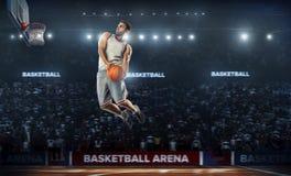 一个蓝球运动员在体育场全景视图跳 库存照片