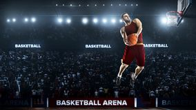 一个蓝球运动员在体育场全景视图跳 免版税库存照片