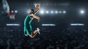 一个蓝球运动员在体育场全景视图跳 库存图片