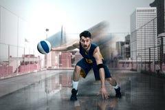 一个蓝球运动员的全长画象有球的 库存图片