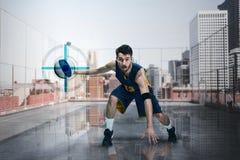 一个蓝球运动员的全长画象有球的 图库摄影