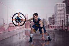 一个蓝球运动员的全长画象有球的 免版税库存图片