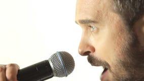 一个蓝眼睛的人的特写镜头有佩带a的胡子的 影视素材