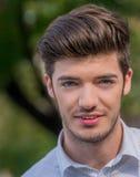一个蓝眼睛的年轻人的特写镜头 库存照片