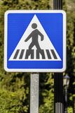 一个蓝色和白色横渡的标志 库存图片