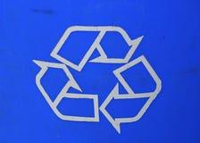一个蓝色回收的标志要求人回收他们的垃圾 免版税库存图片