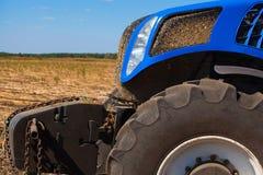 一个蓝色拖拉机特写镜头的前面部分 免版税库存照片