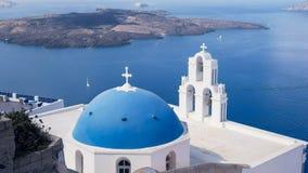 一个蓝色教会圆顶和三响铃的宽射击在fira,santorini 免版税库存图片