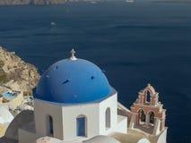 一个蓝色教会圆顶的看法在santorini海岛上的oia  库存图片
