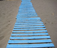 一个蓝色木胡同 免版税库存图片
