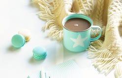 一个蓝色杯子用可可粉和蛋白杏仁饼干 库存图片