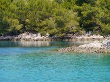 一个蓝色海湾在地中海的克罗地亚 库存照片