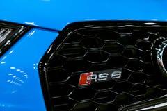 一个蓝色现代豪华蓝色跑车奥迪RS 6 Avant Quattro商标的正面图2017年 汽车外部细节 免版税图库摄影