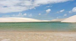 一个蓝色盐水湖在一片白色沙漠 库存图片
