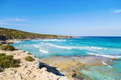 一个蓝色盐水湖的看法在波利斯市, Akamas半岛国家公园,塞浦路斯附近的 免版税库存照片