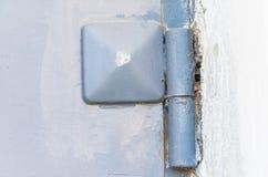 一个蓝色铁门的片段与机盖的 库存照片