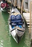 一个蓝色长平底船位子的细节 免版税库存照片