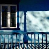 一个蓝色阳台的阴影 库存照片