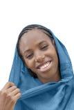 头戴一个蓝色头巾的年轻蓬松卷发秀丽,被隔绝 库存照片