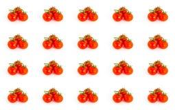一个蕃茄样式的分支的明亮的水多的红颜色在一个白色基地,许多果子的不尽 免版税图库摄影