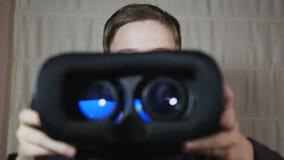 给一个虚拟现实耳机的一个年轻男孩 影视素材