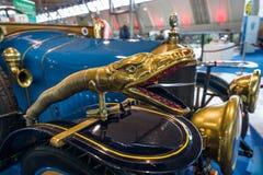 以一个蛇` s头的形式装饰在葡萄酒汽车德拉热B1 Tourer, 1915年 库存图片