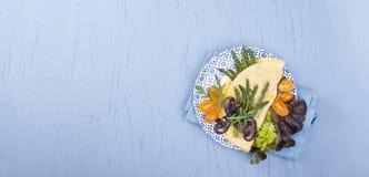 一个蛋煎蛋卷的大角度在木服务顶部的看法用鸡蛋和乳酪上,服务,拷贝空间 降低 免版税库存图片