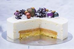 一个蛋糕一个圣诞节假日或一个新年 与巧克力锥体和圣诞节树玩具的一个蛋糕由巧克力制成 库存图片