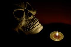 一个蜡烛点燃的头骨 黑色背景 播种被扩大的火光灵活性光晕月光奥秘影子蜘蛛网的大明亮的铸件古怪 免版税库存图片