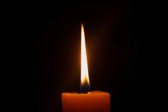 一个蜡烛的特写镜头有黑背景 免版税库存图片