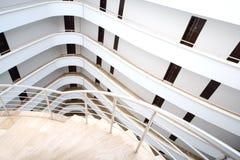 一个螺旋形楼梯和白色阳台 库存照片
